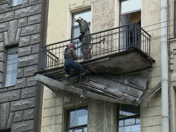С дома напротив зоопарка упал балкон - недвижимость - новост.