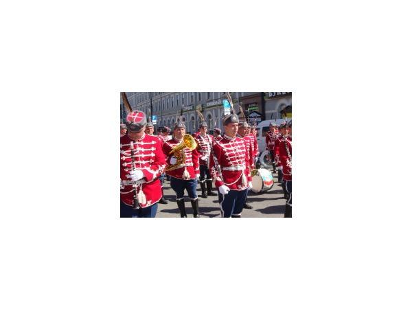 «На Невском толпами гуляли...»