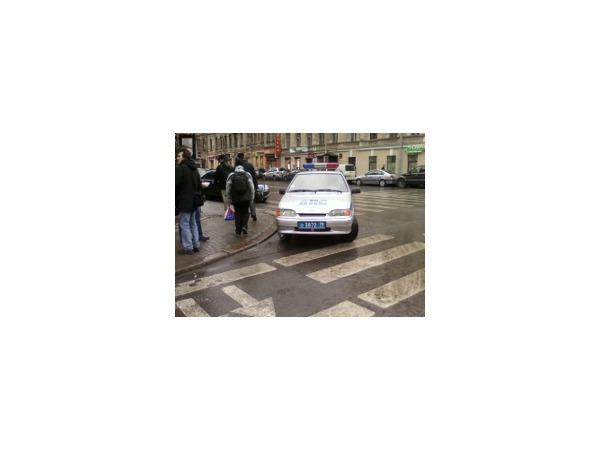 Очевидец: Машина ДПС паркуется на пешеходном переходе, грубо нарушая ПДД