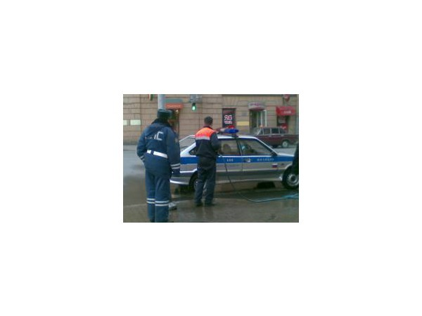 В центре Петербурга сотрудник ГИБДД устроил на пешеходном переходе мойку своего авто