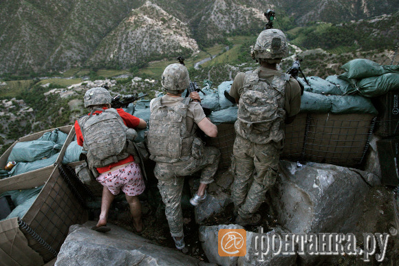 """Давид Гуттенфельдер (США). Второй приз в категории """"Люди в новостях"""": Американские солдаты встают в оборонительную позицию против талибского обстрела в долине Коренгал"""