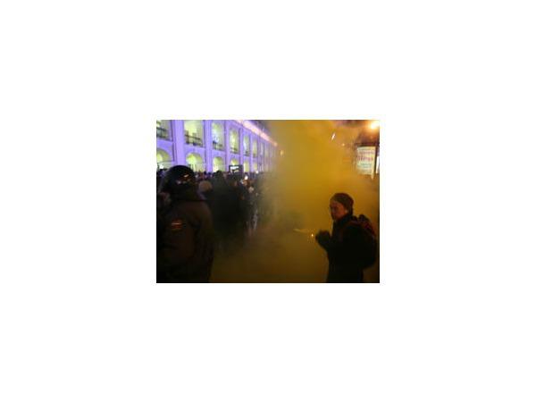На Гостином дворе зажгли дымовую шашку — полиция начала действовать жестко