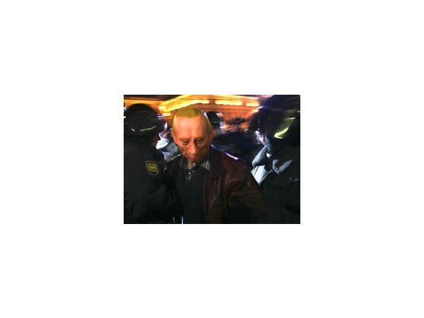 Самого яркого персонажа митинга — человека в маске Путина — задержали