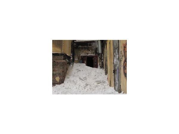 После уборки крыши жители Кузнечного переулка не смогли выйти из дома