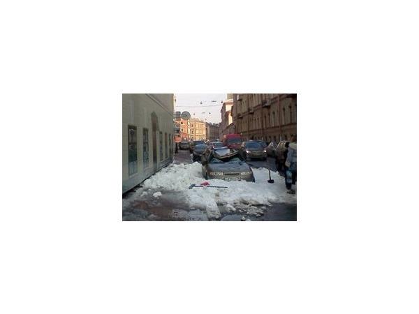 На Шпалерной глыбы льда разбили припаркованные машины