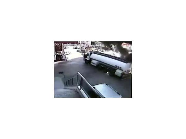 Водитель, спасая людей, отогнал горящий бензовоз с автозаправочной станции