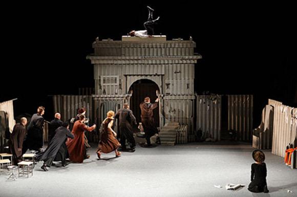 """Сцена из спектакля """"Калигула"""""""