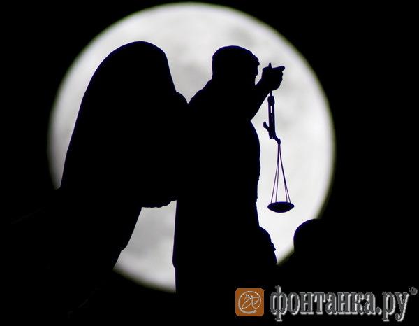 Ангел на баллюстраде Исаакиевского собора с отломанной чашей весов.