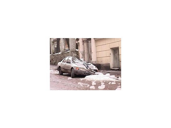 Автомобиль ГУВД утонул в прошлогоднем снегу