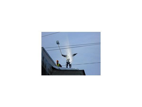 Уборщики снега устроили шоу на крыше