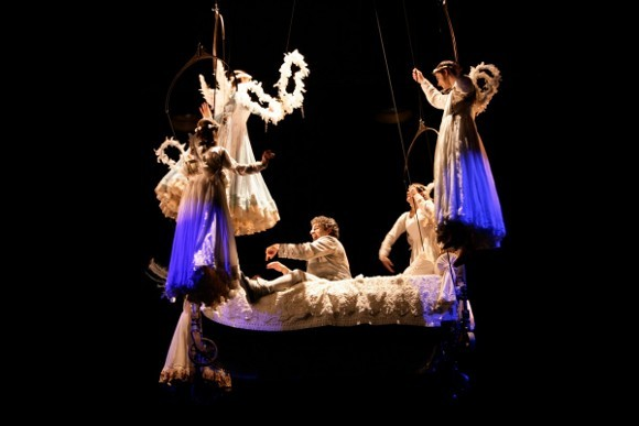 Сцена из шоу Corteo, Цирк Дю Солей, режиссер Даниэле Финци Паска