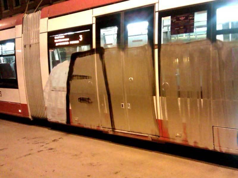 Трамвай, раскрашенный хулиганами вечером 4 апреля