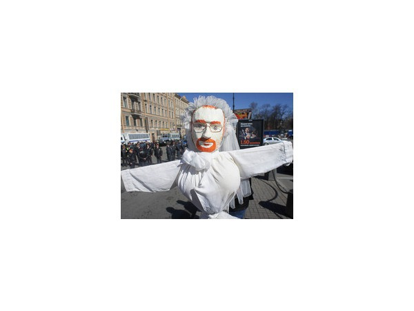 Марш демократов расцветило чучело Милонова и провокаторы