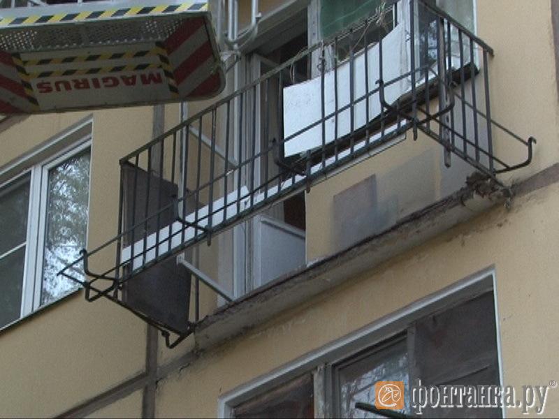 Newsru.com :: в петербурге под пенсионеркой рухнул балкон.