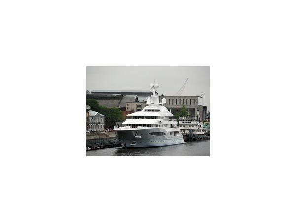В Петербург пришла одна из самых больших яхт в мире - Маyan Queen IV