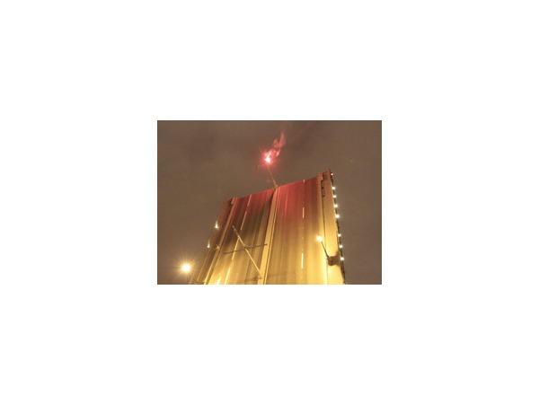 На разведенном пролете Троицкого моста ночью висел человек с файером