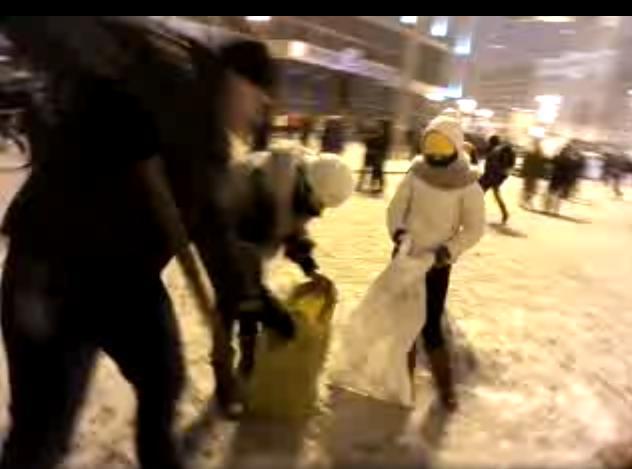 На Европейской площади собирают снег в мешки, чтобы затем уложить на баррикады