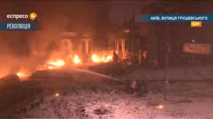 Милиционеры пытаются тушить горящие баррикады