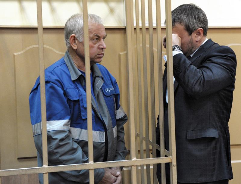 Водитель снегоуборочной машины Владимир Мартыненко (слева)