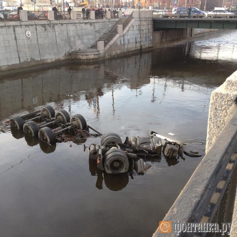 В Обводный канал упал бензовоз (Иллюстрация 1 из 1) (Фото: читатель