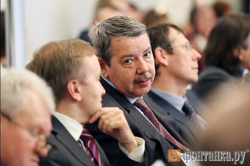 Александр Вахмистров (в центре)