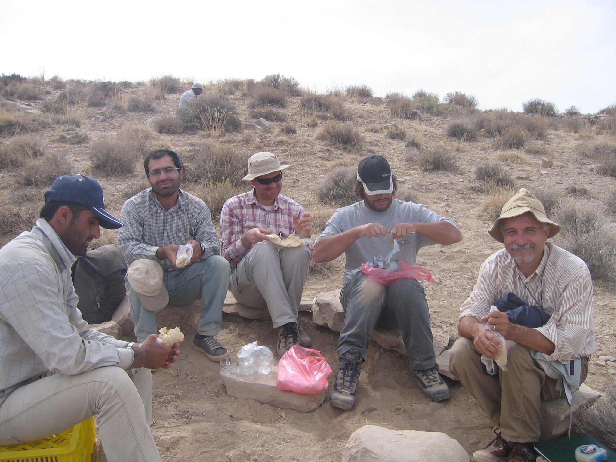 Местные рабочие итальянской археологической экспедиции в Барикоте
