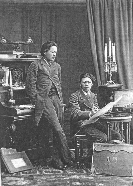 На фото: Братья Чеховы. Антон (стоит) пытался наставить Николая на путь истинный