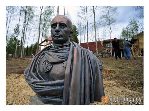 """Казаки """"увековечили"""" Путина в бронзе в стиле римского императора"""