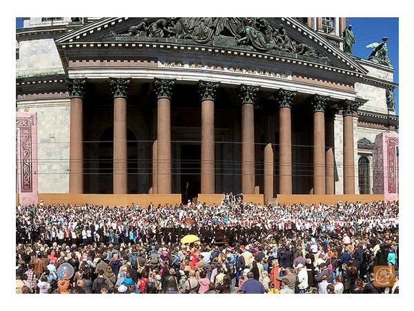 Трехтысячный хор спел на ступенях Исаакия
