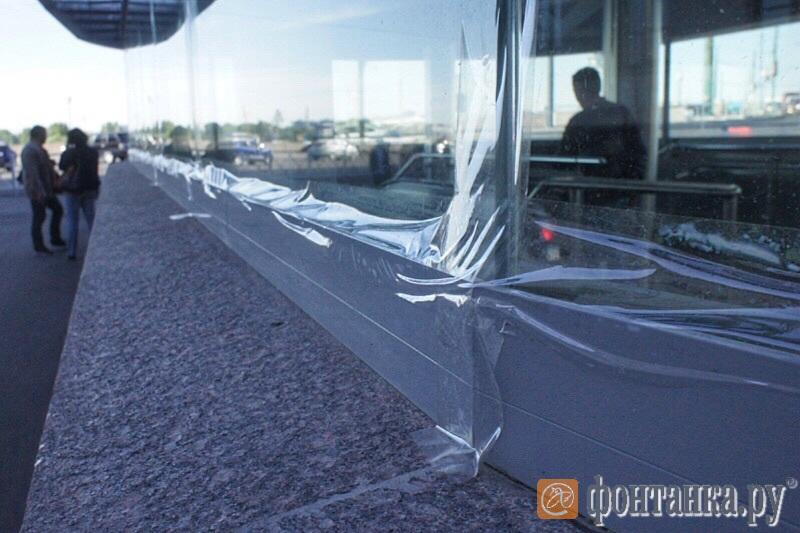 Швы между стёклами проклеены скотчем