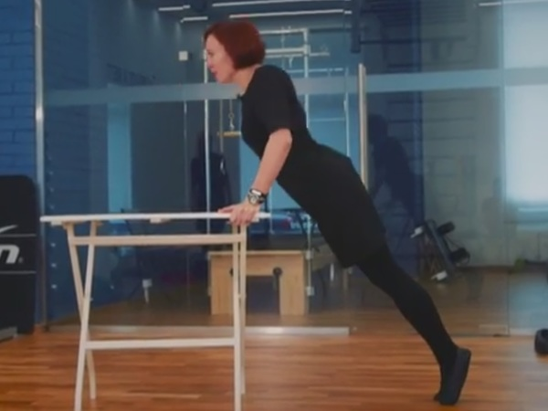 Производственная гимнастика: пилатес в маленьком черном платье
