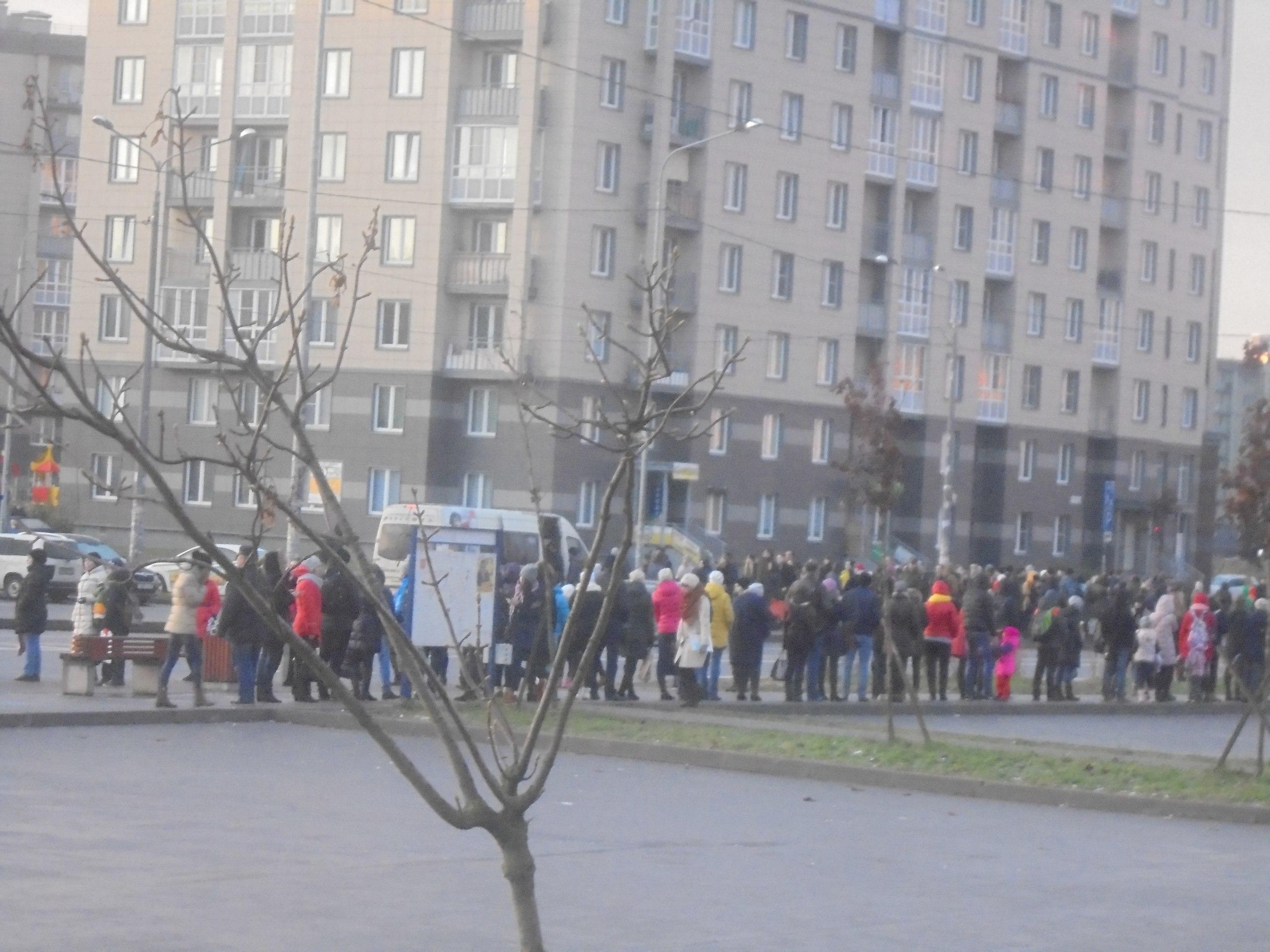 очередь на маршрутку в Славянке