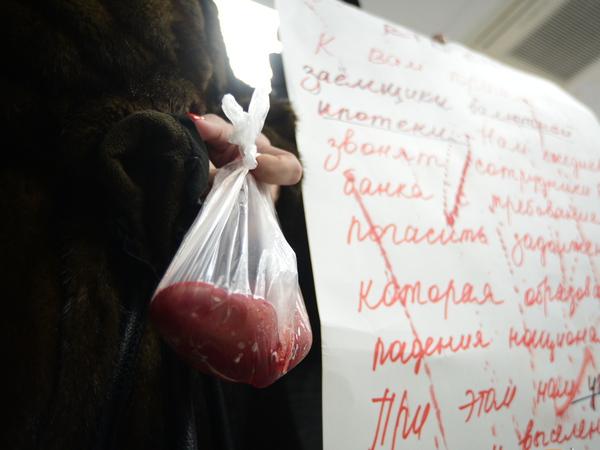 """В Петербурге валютные ипотечники пришли в банк расплачиваться """"почками"""""""