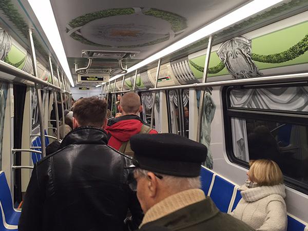 """""""Юбилейный"""" поезд хромает в тоннеле"""
