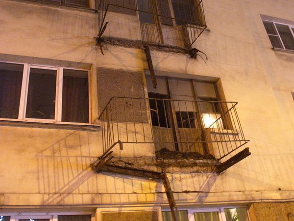 На Лесном в доме рухнули балконы на нескольких этажах