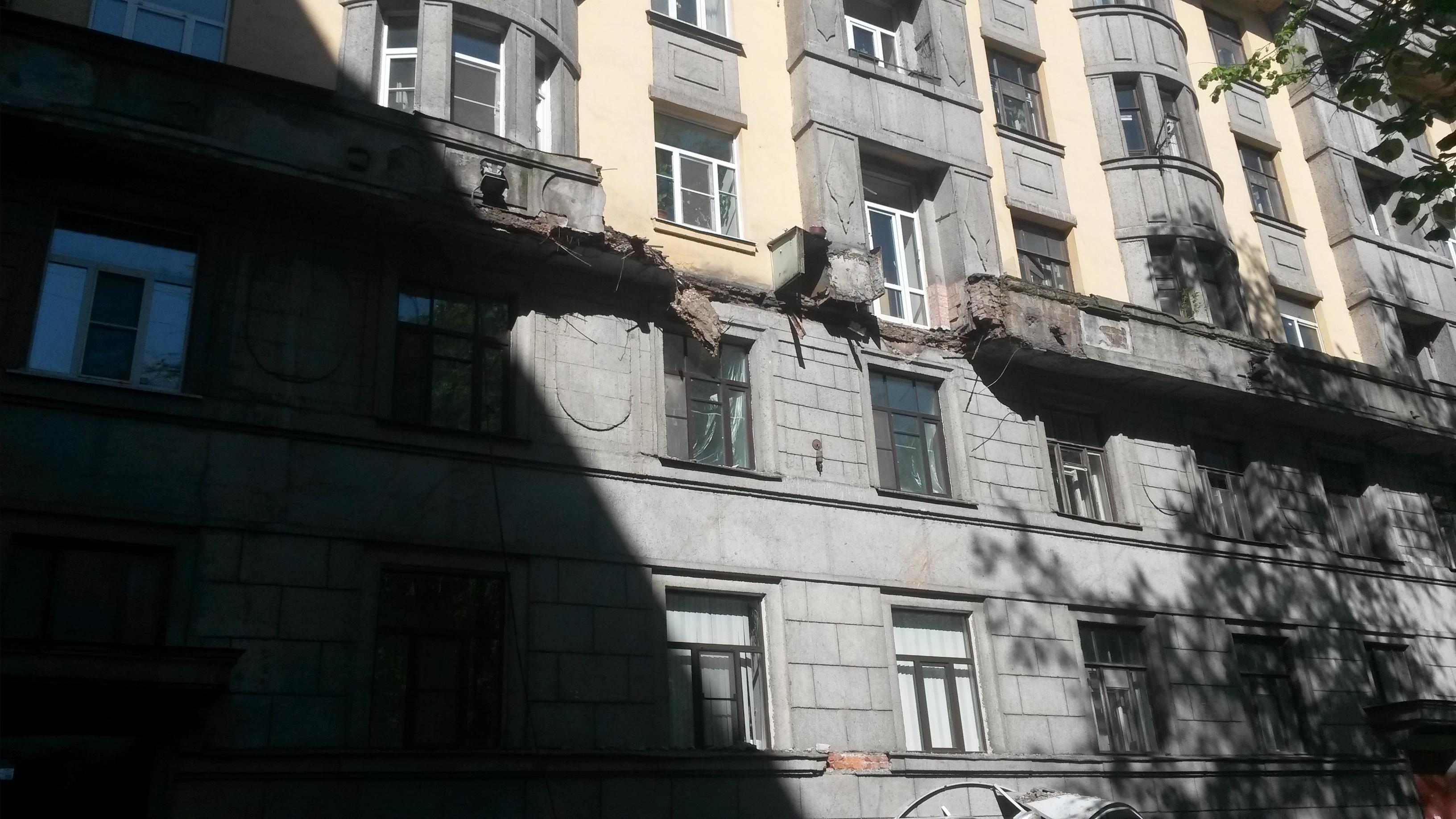В петербурге на припаркованные машины упал балкон жилого дом.