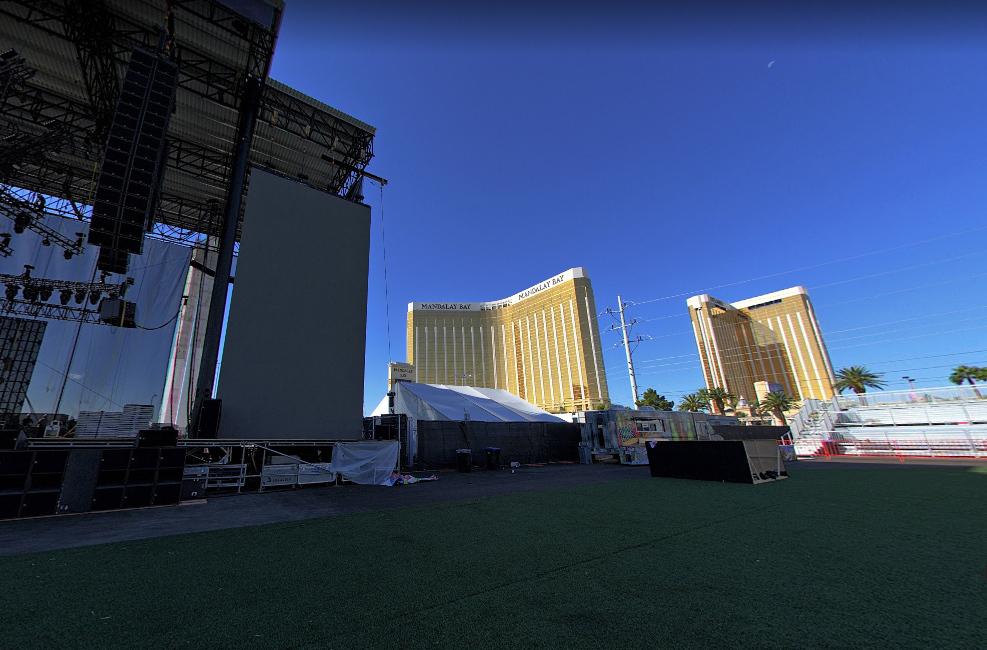 Вид от сцены в сторону отеля