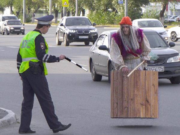 Баба Яга на улицах Петербурга