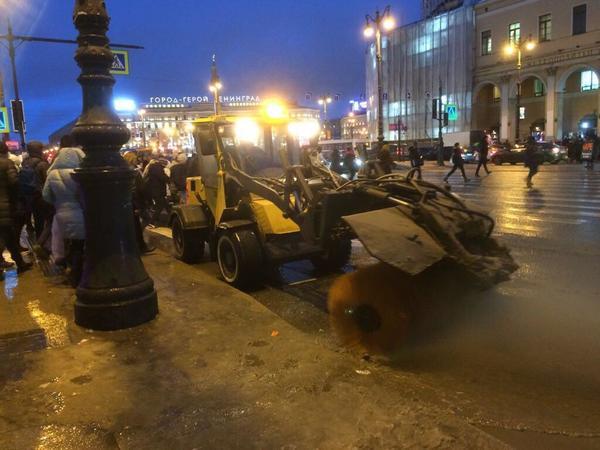 После публикации «Фонтанки» дорожники расчистили переход на Лиговском