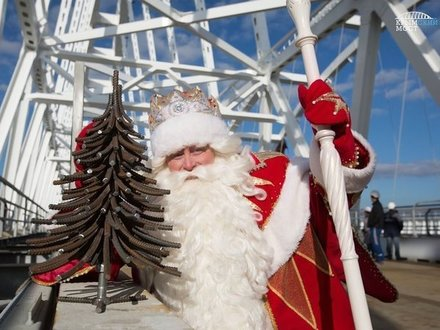 Дед Мороз прошёл в Крым по мосту, ради него сварили ёлку