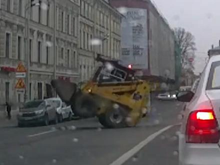 У Мариинского театра погрузчик «cтанцевал» на дороге