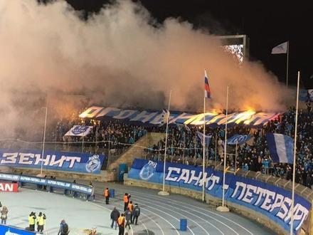 Фанаты «Зенита» устроили «огненный» перформанс в конце матча с «Арсеналом»