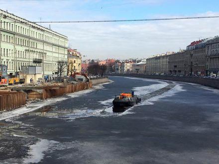 На реках и каналах Петербурга начали ломать лед