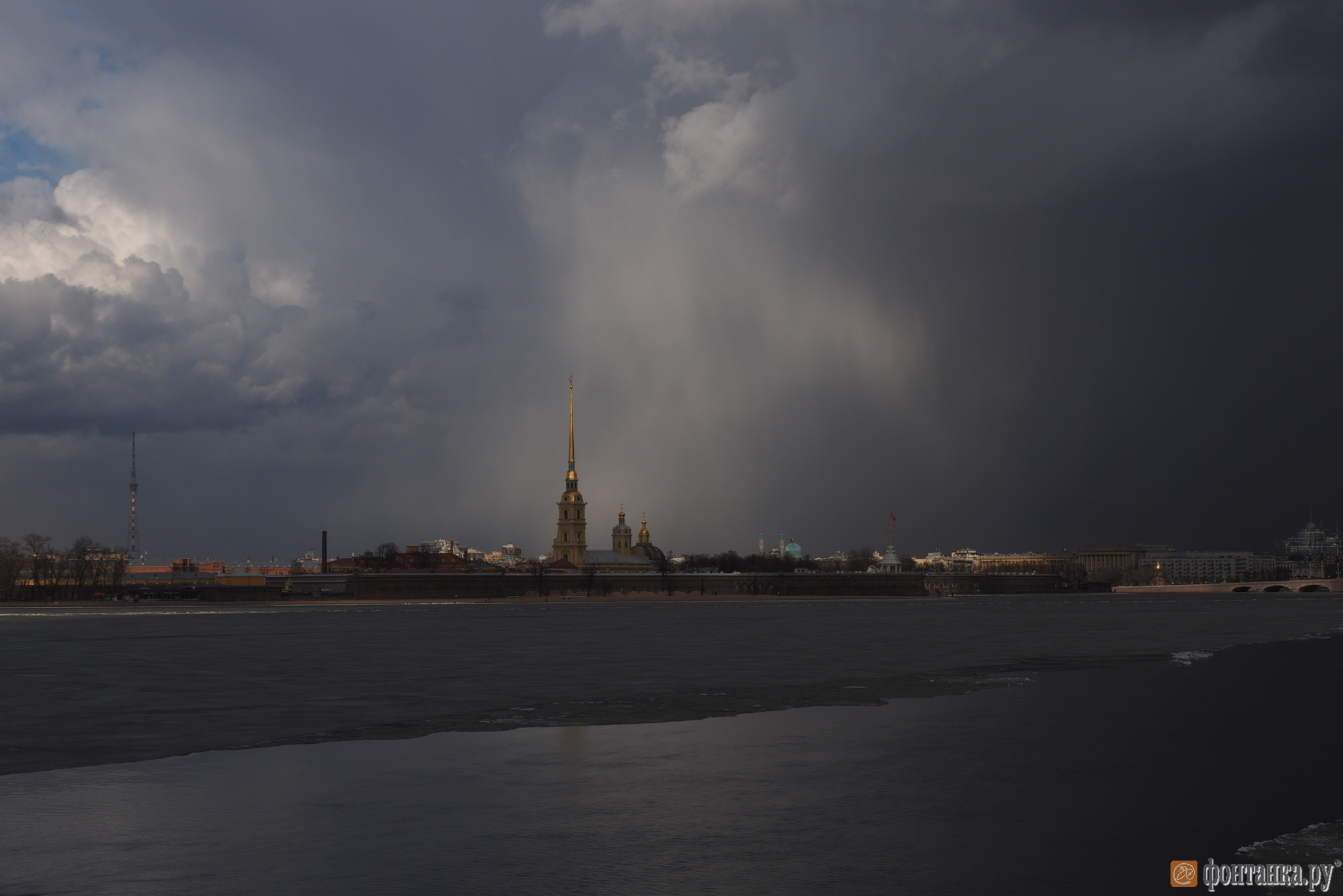 Погода разделила небо над Петербургом на темную и светлую сторону (Иллюстрация 2 из 3) (Фото: Михаил Огнев)