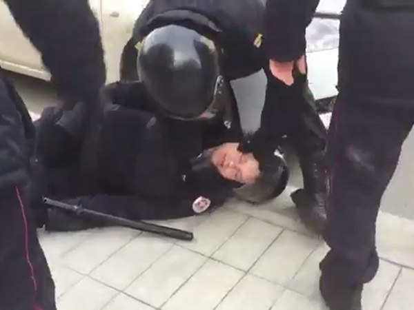 В ходе протестной акции в Москве пострадал сотрудник полиции