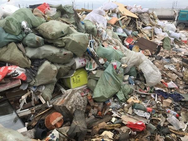 Промзону вШушарах засыпали опасным мусором