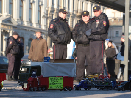 Игрушечные машины вывели на акцию против «Платона» в Петербурге
