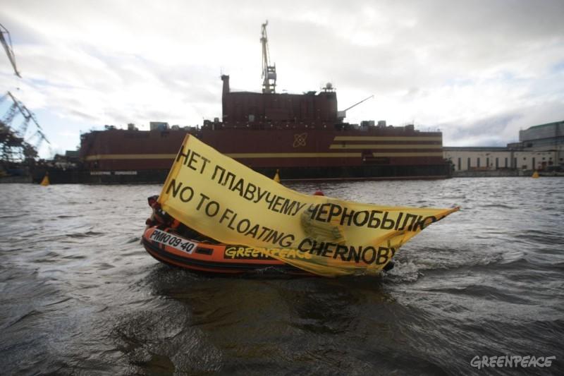 ВПетербурге Гринпис нарезиновой лодке «атаковал» плавучую АЭС