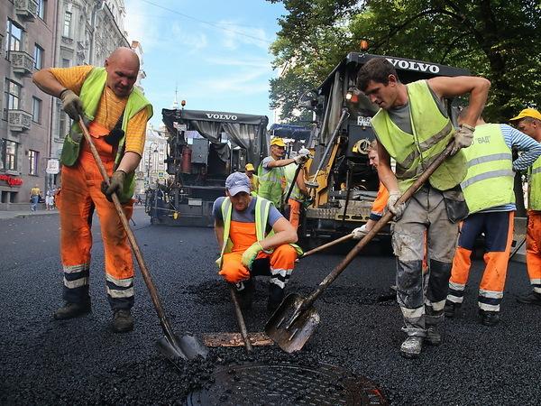 Стало известно, кто будет чинить дороги вПетербурге в текущем 2017 году