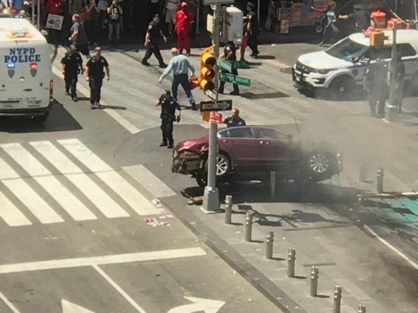 В Нью-Йорке машина врезалась в прохожих: не менее 10 пострадавших
